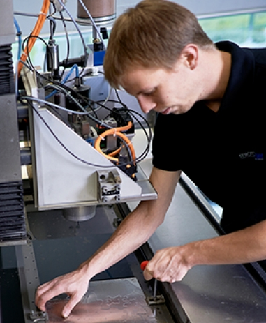 Wasserstrahlschneiden im Labor der Waterjet AG, wo neue Verfahren entwickelt werden.